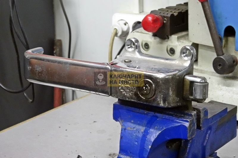 Демонтаж и монтаж брава, изработка на ключ за Mercedes Atego